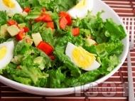 Зелена салата с авокадо, яйца и чушки